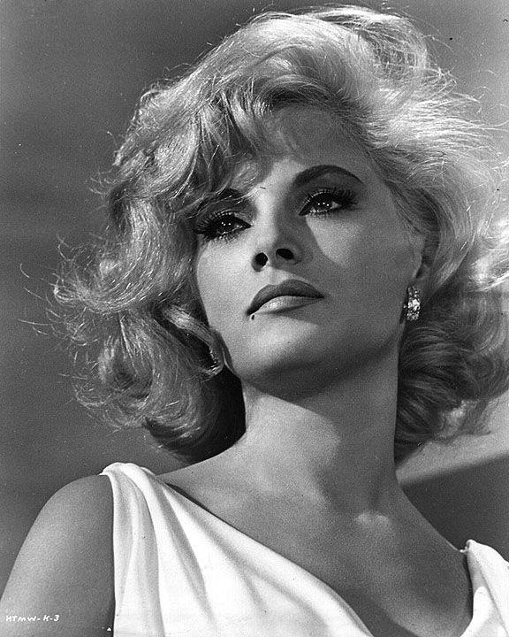 La actriz italiana Virna Lisi(1936), quien llegó a Holywood tras la muerte de Marylin Monroe y a la que los productores encasillaron en el mismo tipo de papeles de rubia seductora. Rodó con Jack Lemmon, Tony Curtis, Frank Sinatra, Rod Steiger.