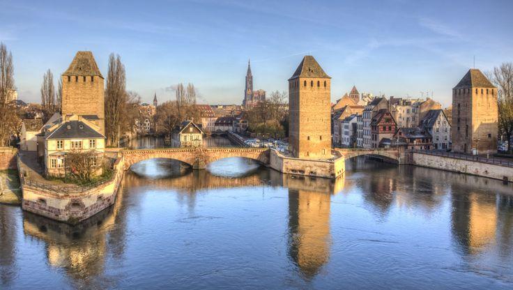 les Ponts Couverts de Strasbourg.  Les ponts couverts de Strasbourg sont les derniers vertiges des remparts de l'ancienne fortification de la ville....Lorsque Louis XIV rattacha Strasbourg à la France....Vauban fît construire de nouvelles enceintes....
