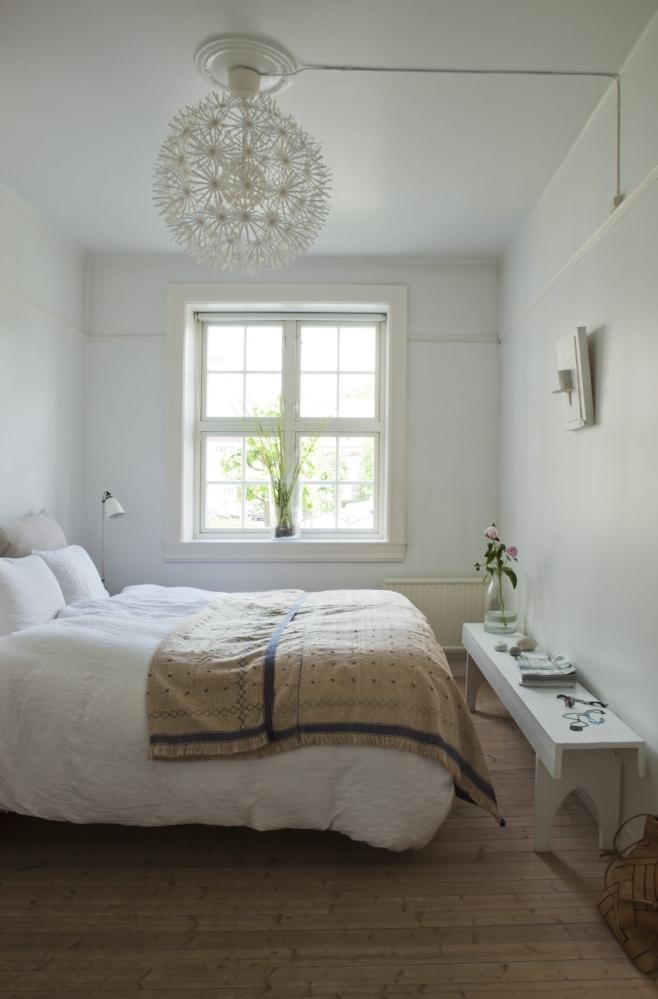 RENT OG ENKELT. En seng, en benk kj�pt p� loppemarked og noen f� gjenstander som vekker minner, som de selvplukkede steinene fraen rullesteins�y. Sengeteppet er fraRiis interi�r. Taklampe fra Ikea.