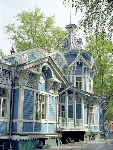 Att Ryssland är en skogsnation förstår man när man ser alla fantastiska trähus. Det ser ut som sagohus dekorerade med spets och kristyr. Bildlänkar