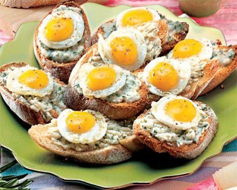 Crostini di fagioli e uova di quaglia