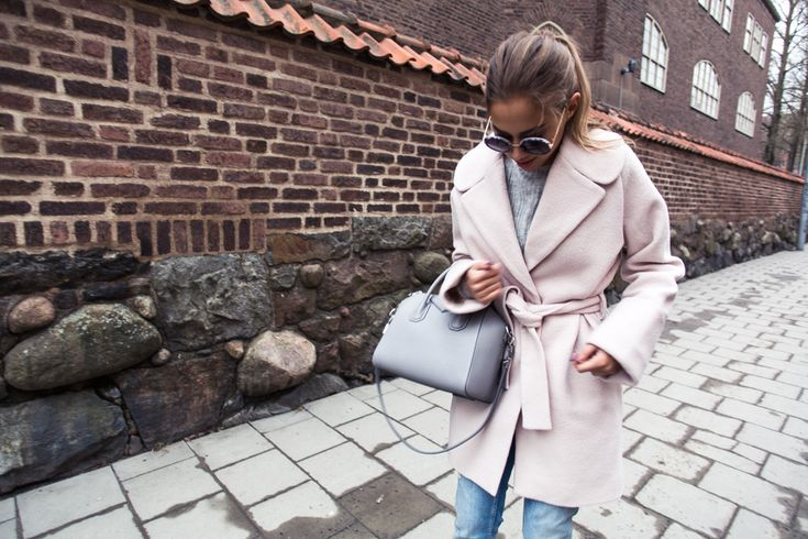Light denim jeans ZARA - Light pink coat DESIGNERS REMIX - Sunglasses TOPSHOP - Grey bag GIVENCHY | Kenza Zouiten