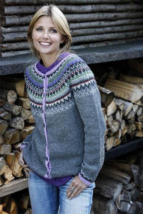 Smart trøje med rundt bærestykke og mønster, der kan holde dig varm i kolde måneder.