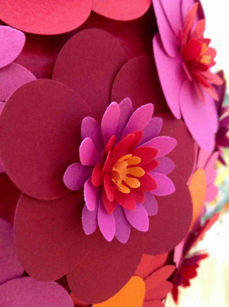 STOR RØD BLOMSTERKUGLE Røde, bordeaux, orange, lilla og lyserøde blomster, diameter ca. 30 cm. Close up bordeaux blomst.