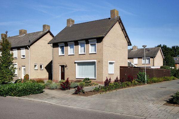 Eikenstraat 29, vraagprijs: € 250.000,- k.k. Ruime vrijstaande woning met vrijstaande garage, gelegen in een rustige woonwijk op loopafstand van het centrum Nederweert.