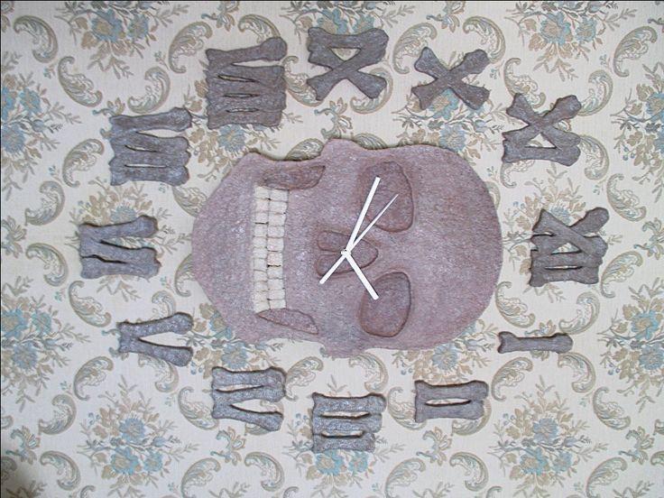 Orologio teschio e ore a forma di ossa/Orologio fatto a mano in cartapesta/Orologio da parete/Orologio silenzioso con le lancette/Riciclo di FioreLunaEcoDeco su Etsy