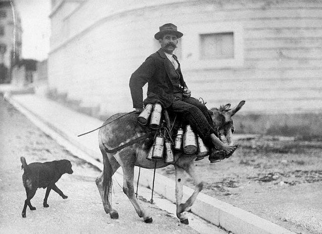 Κέρκυρα, 11 Μαΐου 1922, πλανόδιος γαλατάς έξω από την Ρολίνα.