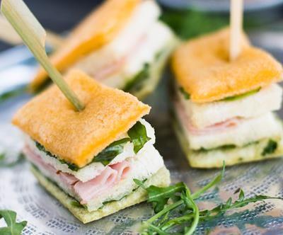 Finger Sandwiches Ham: Engelse kleine sandwiches met boerenham en een Colman's mosterdsaus met honing.