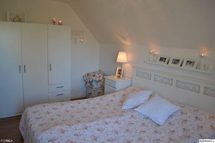 säng,sängbord,sänglampa,taklampa,kuddar,virkat,garderob,ljus,tavellist,foton,förvaringslådor,vitt,rosa,romantiskt,lantligt,shabby chic