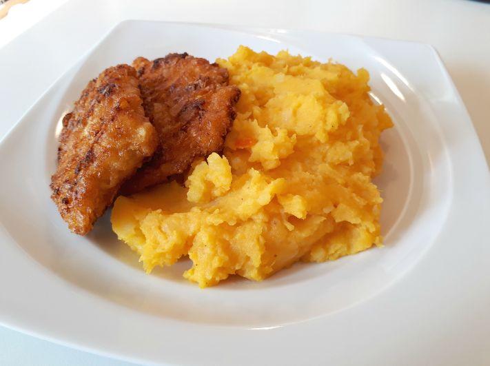 Kartoffelstampf oder auch Kartoffelpüree ist eine beliebte Beilage zu Fisch, Fleisch oder Gemüse. In der Kürbiszeit kann man den Klassiker ein wenig abwandeln und so zumindest ein paar Kartoffeln z…