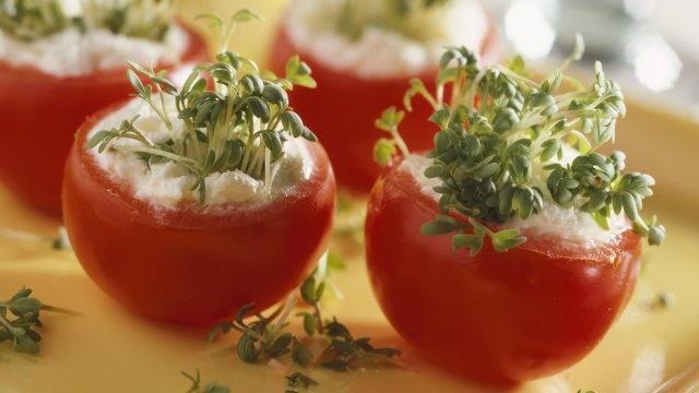 Pomidory nadziewane twarożkiem i rzeżuchą