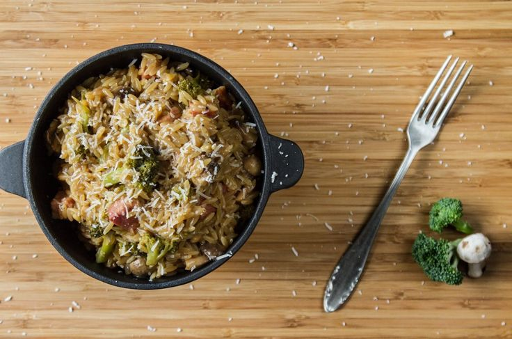 Orzo in 15 minutes!. Quicker than ordering a pizza!  Prep all the ingredients so as to not waste time.   	Pour 3 tablespoons of olive oil into a pot, over low heat. Add the onions, garlic and b...