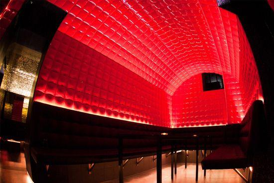 装飾タイル「Pad Red」施工事例/バー壁面・シーリング装飾