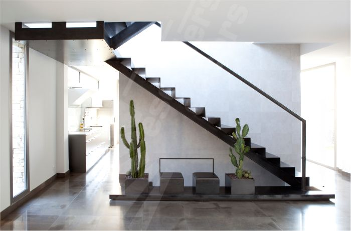 escalier sur limon central en m 233 tal dans un int 233 rieur 233 pur 233 r 233 solument contemporain marches en