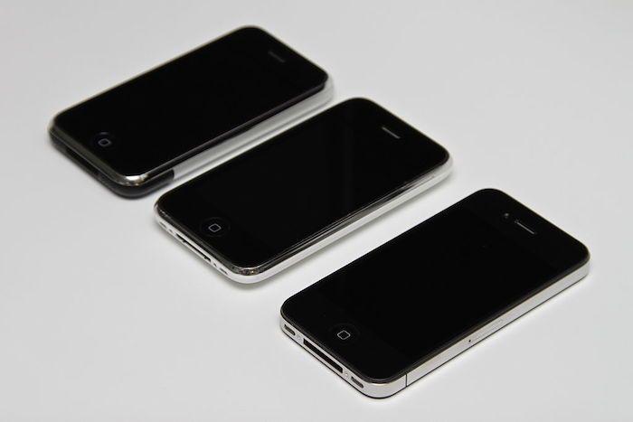 Faces avant d'un iPhone de première génération, d'un iPhone 3GS et d'un iPhone 4