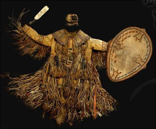 Avec ce costume le spécialiste rituel prend l'apparence de l'animal, comme le suggère la coiffe représentant des bois de cervidés. De quel spécialiste rituel s'agit-il ?