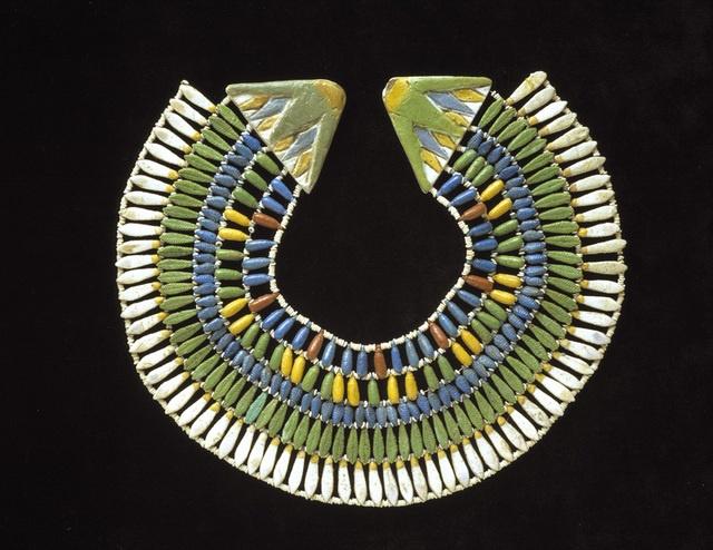 Un collar para soñar  , XVII Dinastía, de faienza y pasta vidriada, encontrado en Amarna ¿que cuello adornó?. Royal Ontario Museum, Canadá.,La joyería egipcia