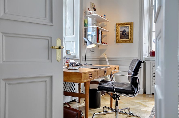 Office inspiration featuring the #eamesaluminum chair   #hermanmiller #office #design #chair