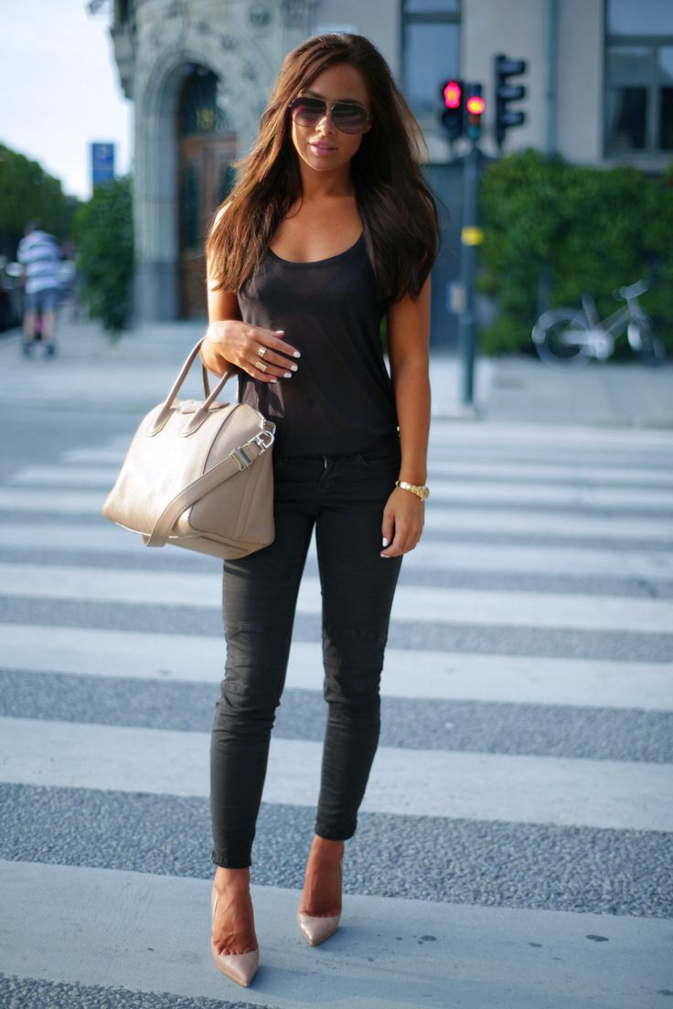 Johanna Olsson knows how to accessorize an all black outfit the right way!