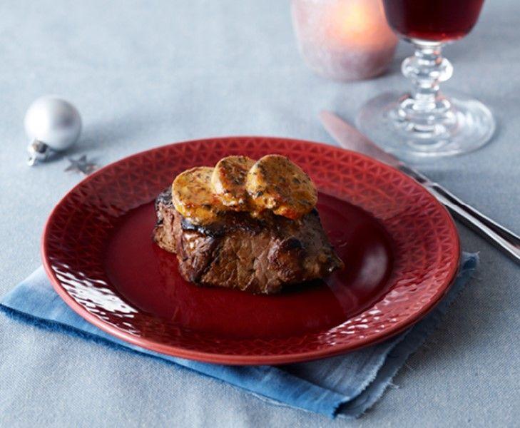 biefstuk met zelfgemaakte kruidenboter van boter met pijnboompitten, olijven, gedroogde tomaten, rozemarijn en knoflook. Recept van sterrenkok Lucas Rive