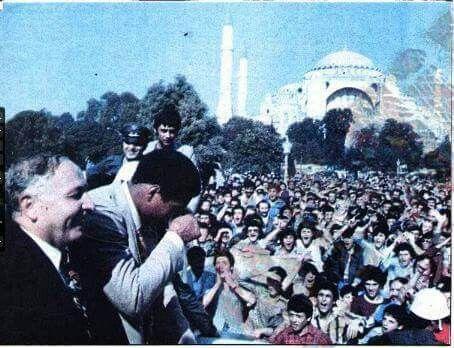 Muhammed Ali yanında Erbakan ile birlikte Ayasofya önünde. Halkın ilgisi Muhammed Ali'yi ağlatırken... 1976