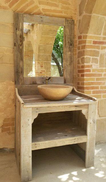 Badmöbel mit recyceltem Holz-Paletten hergestellt. Beinhaltet keine Spiegel, Waschbecken oder Wasserhahn.