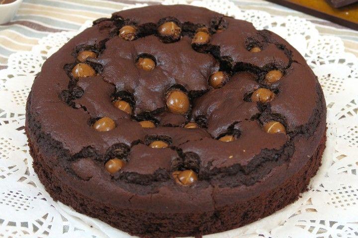 Una torta originale e golosa, facile da preparare e soprattutto un'idea utile per riciclare il cioccolato avanzato dalle feste pasquali!  GLI INGREDIENTI 3 Uova 1/2 bicchiere di latte 1/3 bicchiere di olio di semi 180g di farina 150g di zucchero 100g di cioccolato fondente 25g di cacao amaro ovetti al cioccolato  LA PREPARAZIONE Sbattete le uova con lo zucchero e un pizzico di sale, aggiungete l'olio e il latte e pian piano la farina e il cacao setacciati. Amalgamate il comp...