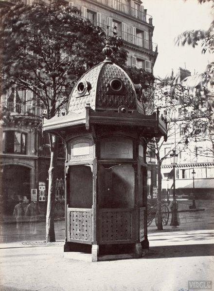 Urinoir kiosque à 6 stalles. Plateau du Théâtre Français. Paris Ier. Circa 1875. Photo Charles Marville