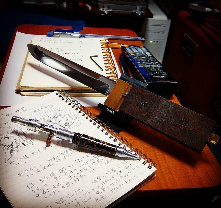 ナイフ制作ボルト留め試行錯誤  取り敢えずグリップのネジサイズやネジの形状など試行錯誤してましてAmazonでネジを吟味してなんとかここまで出来ました  木鞘制作も真鍮を使う予定で柄の部分にも真鍮を加工して嵌めるので作業工程が全て初体験のため時間が掛かる  最初の一本でここまで時間掛かったナイフメーカーさんは居ないと思うので相変わらず皆様を尊敬しまくりです  郵便局勤務は有給休暇が取りやすいのですが再びインフルの人が出てしまいナイフとボールペン制作の有給は取れそうにない状況インフル移したのは私じゃないですよ私はBタイプインフルだったので  閑話休題  取り敢えず木製グリップの接着剤はマトリックスさんで購入したのですがまだ未開封なので実験してみたいのとグリップの浸し処理とグラインドでの加工が未体験ゾーンで怖いところホント頑張りますね 自作ボールペン  購入者を募集中ですFacebookにてコメントしてエントリーしてください  替芯カランダッシュリフィル 重さ40g 55g 長さ17cm  芯は容易に交換可能  55gは全身超ジュラルミン製の場合…