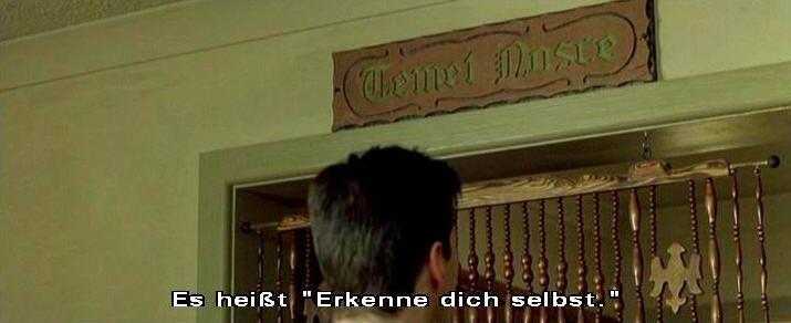 """Eingang zum Orakel: Temet Nosce lautet die Schrift über der Tür. Das Orakel sagt in der deutschen Version: """"Das ist Lateinisch und bedeutet: Erkenne Dich selbst."""""""