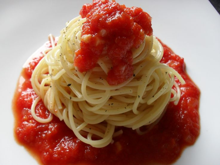 spaghetti aromatic tomato sauce (garlic, onion, oregano)... very easy!