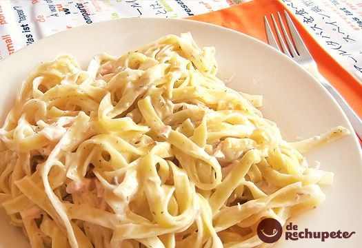 Pasta italiana con sabor a mar gracias al salmón y una suave salsa de nata y eneldo. Preparación paso a paso, fotografía y truquillos.