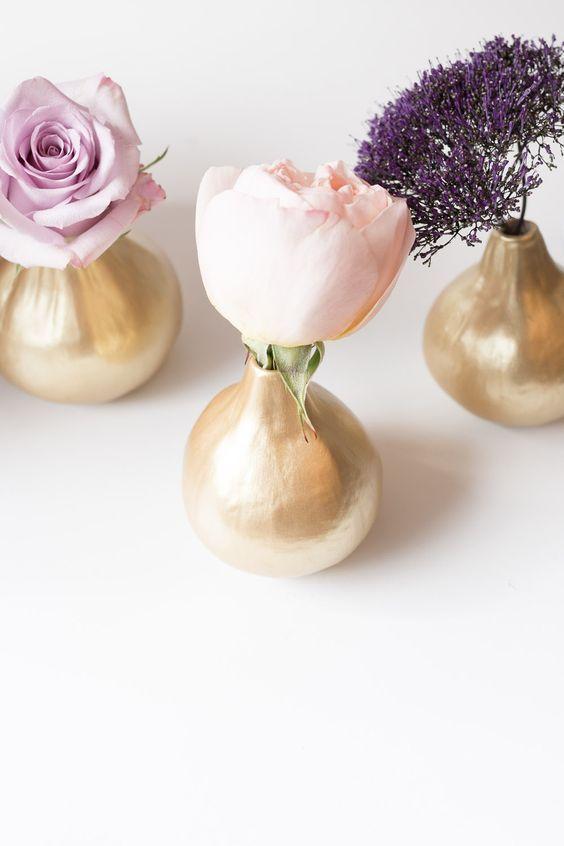 Flores en colores pastel suave y contenedores dorados. Fotografía por Alyssa Rosenheck.