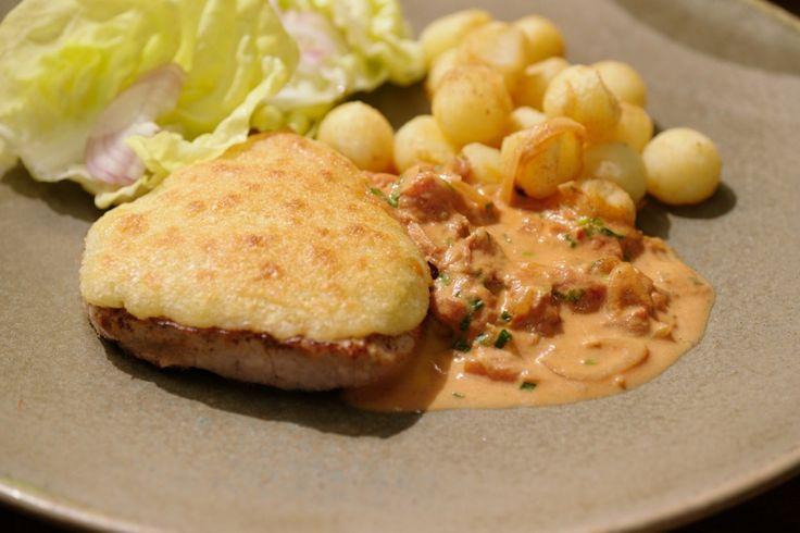 Een 'Orloff' gerecht maak je met ham en kaas. Het is een klassieke brasseriebereiding die je serveert met gebakken aardappelbolletjes en een eenvoudige salade.