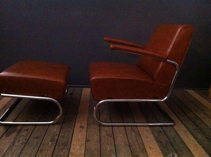 Design stoel en hocker cognac Italiaans leren kussen; verchroomd onderstel;