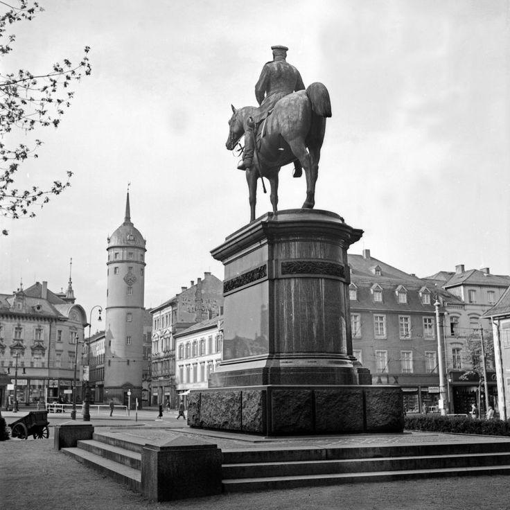 Reiterstandbild Ludwig IV. auf dem Markt in Darmstadt, Deutschland 1930er Jahre. Market square with monment of Louis IV at Darmstadt, Germany 1930s.