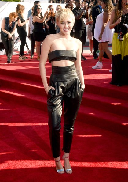 Miley made it 'twerk in this leather outfit.(VMA 2014)