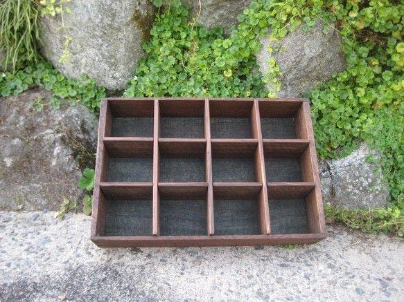 寸法:高さ 29cm   幅  42.5cm   奥行  9cm古い木箱をリメイクしました。古いものをそのまま使用しているため、若干歪みがあります。塗装はオイ...|ハンドメイド、手作り、手仕事品の通販・販売・購入ならCreema。