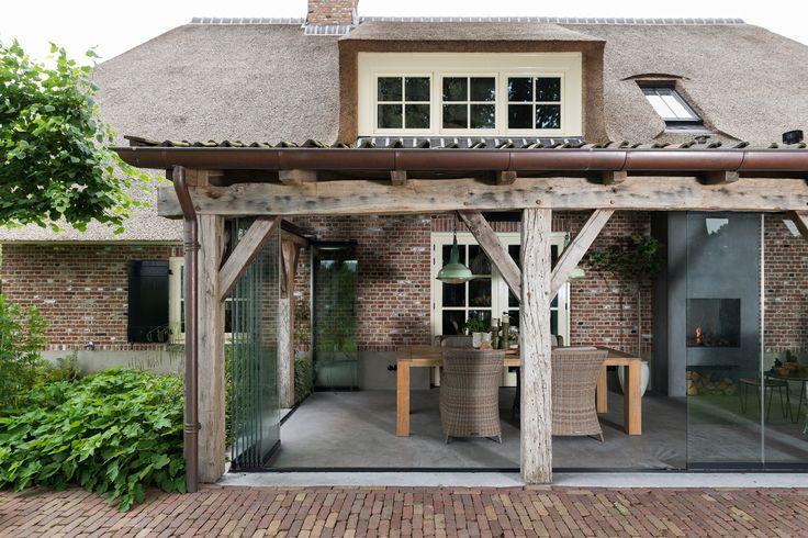 Onder deze prachtige veranda in uddel is in terrasbeglazing