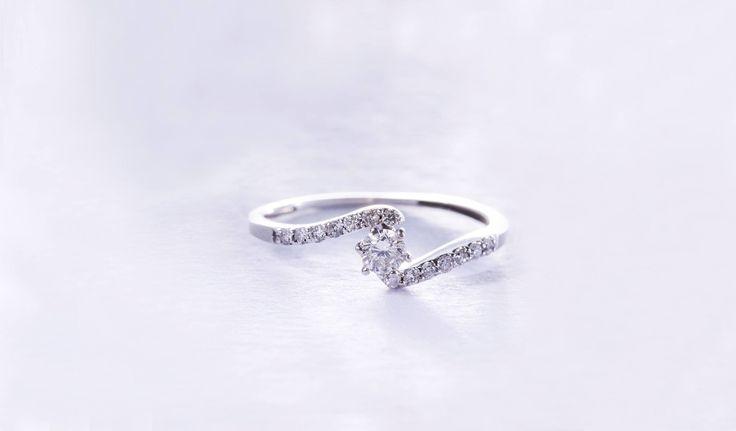 Zásnubní prsten z bílého zlata dozdobený diamanty čistoty SI. #klenotacz #klenota #zlatnictvipraha #sperkarstvipraha #klenotnictvipraha #sperky #jewellery #jewelry #jewelrymaking #jewelrydesign #klenoty #luxury #luxuryjewels #luxus #luxusni #moda #czechrepublic #zlato #zlate #gold #golden #goldjewellery #goldjewelry #bilezlato #whitegold #diamantes #diamant #diamond #diamondjewelry #zasnuby #zasnubni #zasnubniprsten #engagement #engagementring #prsten #prstynek #ring #diamondrings