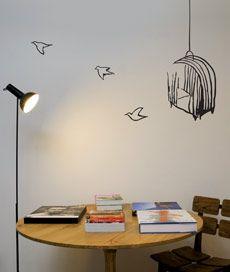 gaiola. adesivo de parede: gaiola com 3 pássaros voando. Criado por Leo Conrado.
