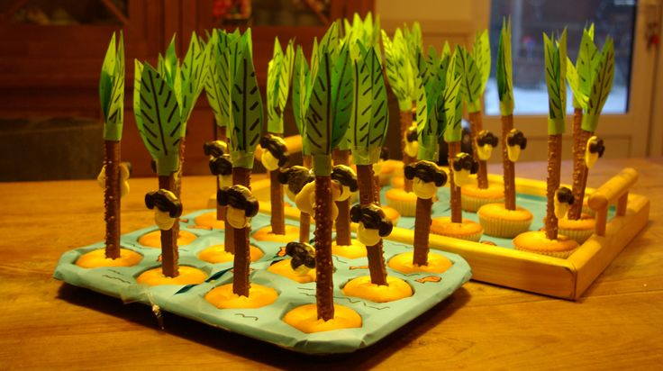 apenkop in palmboom van lange nek en cupcake