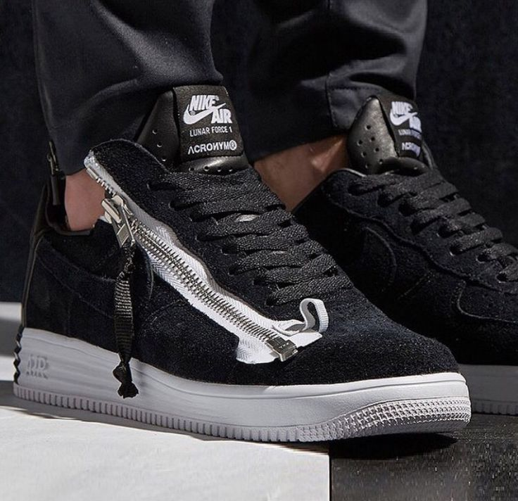 Acronym is a German outerwear label that has recently worked on the Nike  Lunar Force 1 to release the Acronym Nike Lunar Force 1 Zip Up Pack.  Release date