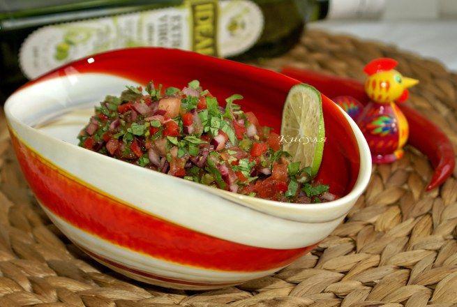 помидор 4 шт. зелёный жгучий перец 1 шт. красный жгучий перец чили 1 шт. красный лук 1/2 шт. лайм 2 шт. кинза соль оливковое масло 1 ст. л.