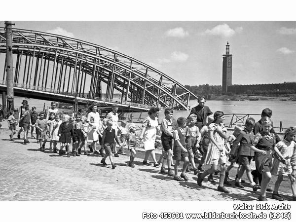 SchulklassevorzerstörterHohenzollernbrücke, Frankenwerft, 50667 Köln - Altstadt-Nord (1946)