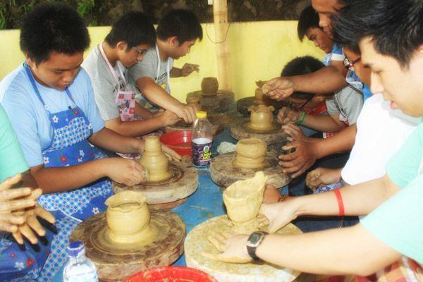 Membangun daya imaginasi, koordinasi, keseimbangan dan motorik anak dengan pengarahan dari ahli keramik di Citra Alam.  info@citraalam.com