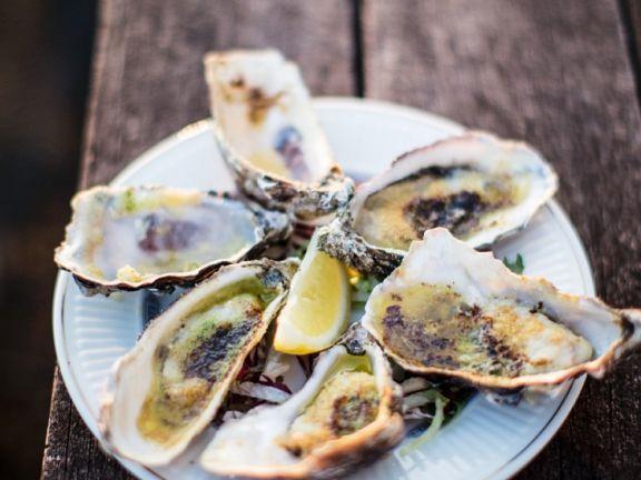 Austern vom Grill ist ein Rezept mit frischen Zutaten aus der Kategorie Muscheln. Probieren Sie dieses und weitere Rezepte von EAT SMARTER!