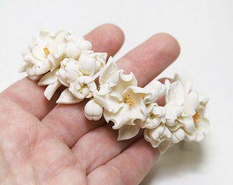 Pulsera de flores blancas. Arcilla del polímero floral joyería. Pulsera de novia. Pulsera de boda romántica. Flores de la muñeca. Ramillete de WIST. Joyas de blanco.