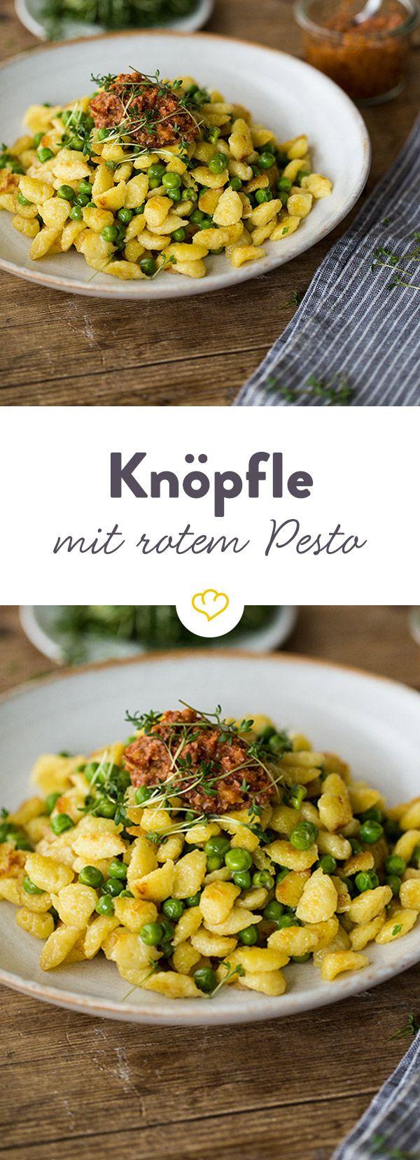 Kleine runde Knöpfle gegen großen Heißhunger. Dazwischen grüne Erbsen. On top ein würziges, rotes Pesto - einfach köstlich!