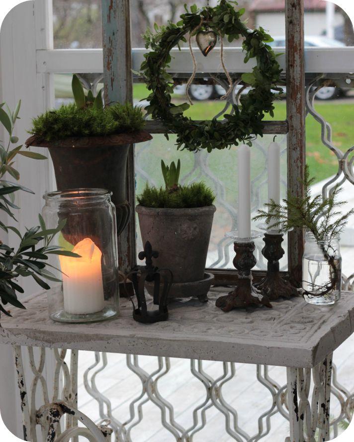 Idag har jag försökt skapa lite adventsmys på verandan. Jag har bäddat in alla krukor med mossa...